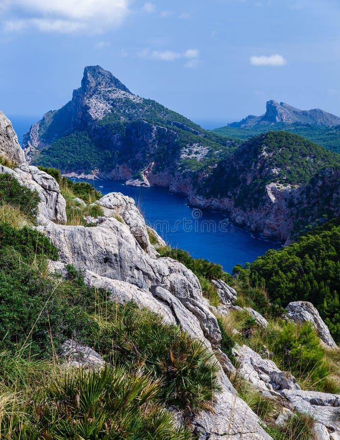 挺直形成大的山,非常高岸 免版税库存照片