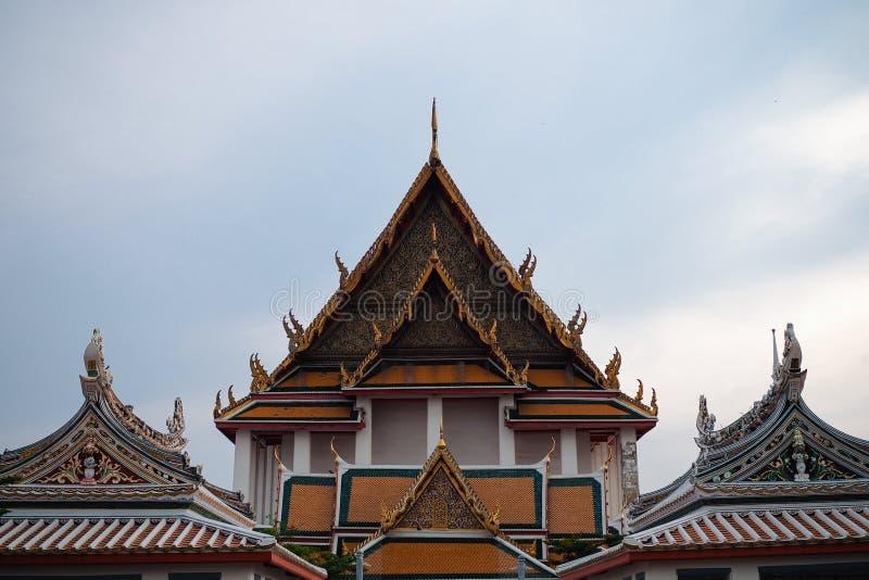 有中国亭子的屋顶瞥见的泰国佛教寺庙的屋顶  免版税图库摄影