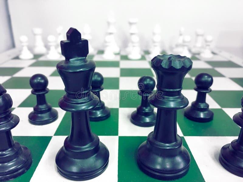 有一个棋子的棋枰在后面谈判在事务 作为背景企业概念和战略概念 库存图片