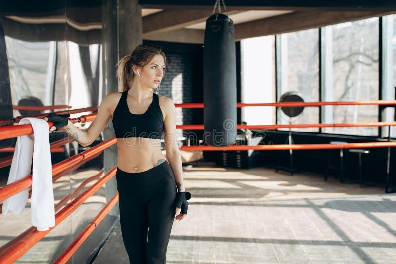有一个美好的体育形象的健身女孩给的衣裳做广告 免版税库存照片