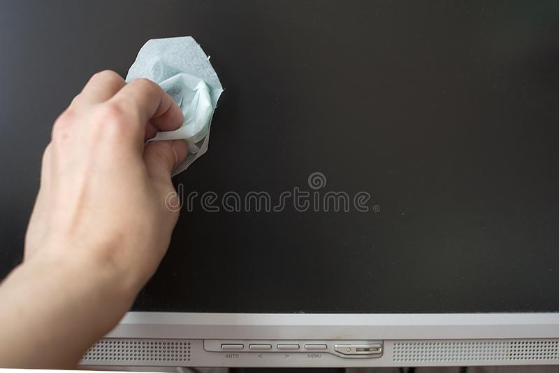 有一块潮湿的布料的手LCD显示器的抹显示器 免版税库存图片