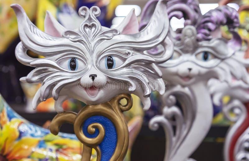 有一张猫面孔的小雕象以一个威尼斯式面具的形式 免版税库存照片