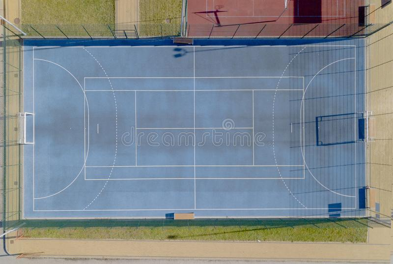有人为草皮的蓝色网球场 从高度的射击鸟飞行 与门的Minifootball领域 从的看法 免版税图库摄影