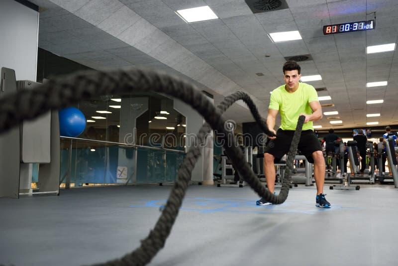 有争斗的人系住在健身健身房的锻炼 库存图片