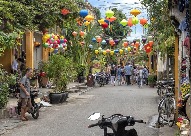 有五颜六色的灯罩的狭窄的购物的街道在会安市,越南 免版税图库摄影
