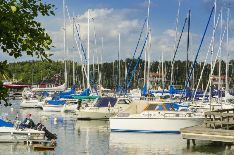 有休闲小船的Arkösund瑞典小游艇船坞 库存图片