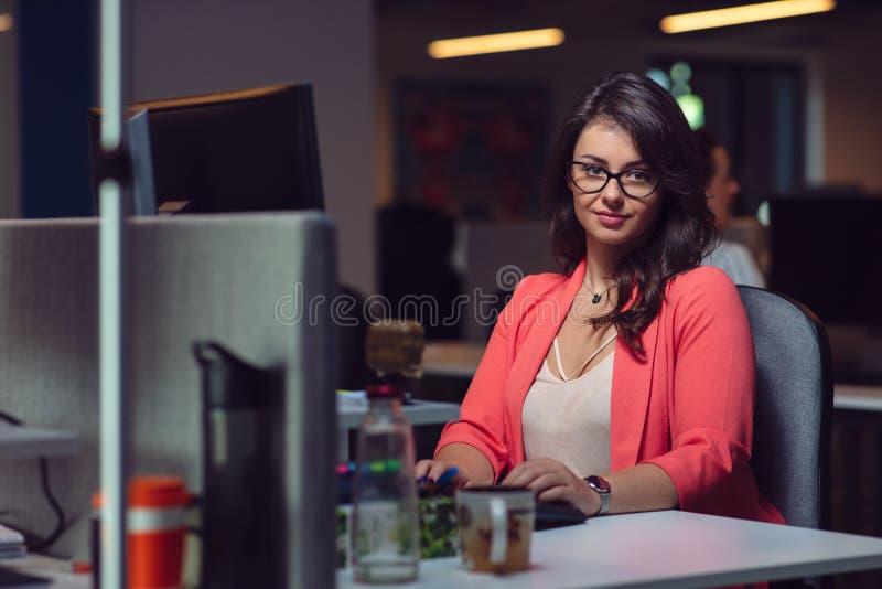 有便携式计算机的美丽的企业夫人在办公室 免版税库存图片