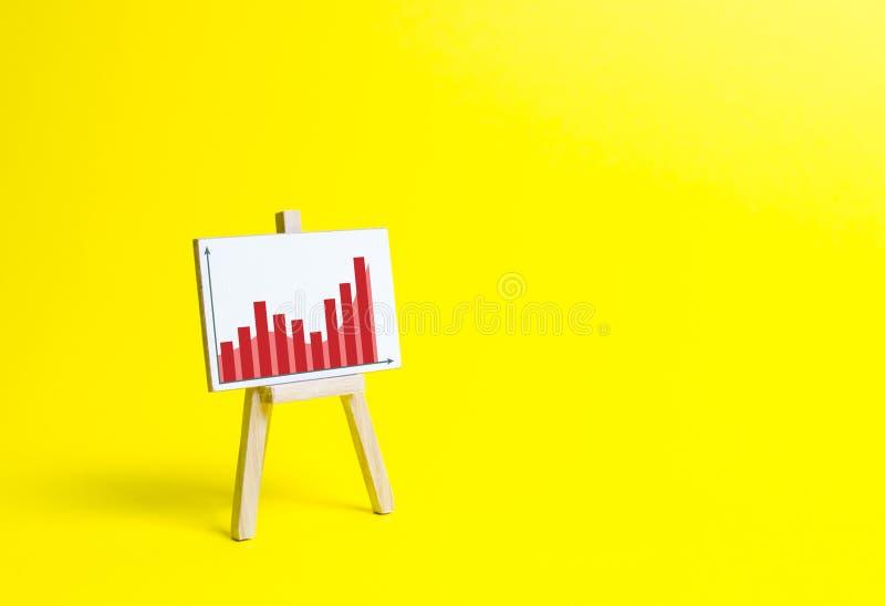 有信息图的机架在黄色背景 企划和收支分析 企业项目,水平显示  免版税库存图片