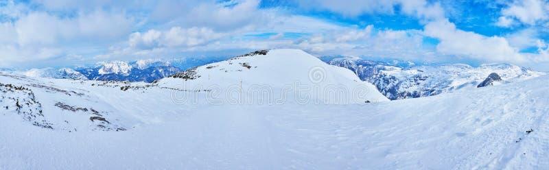 有偏僻的snowshoer的,Dachstein-Krippenstein,萨尔茨卡默古特,奥地利全景 库存图片