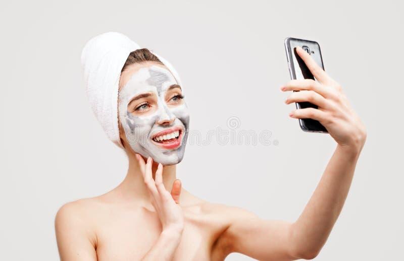 有做Selfie的面膜的温泉妇女 免版税库存照片