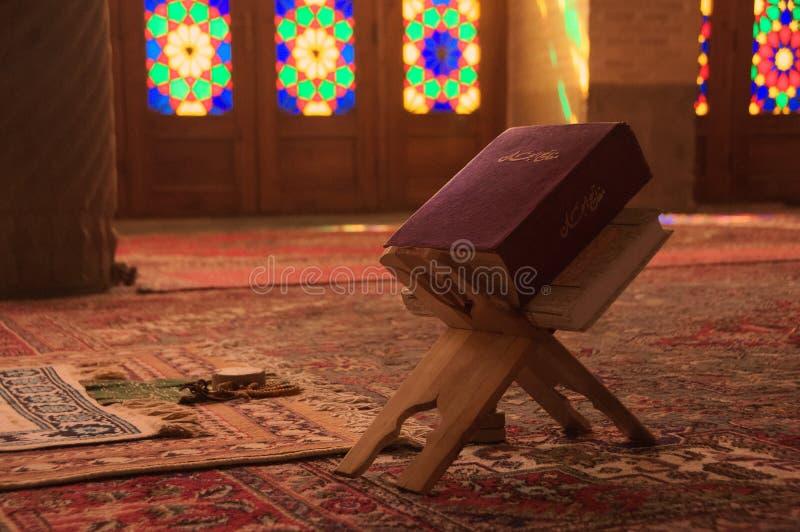 有古兰经书细节的纳斯尔ol molk清真寺  设拉子 库存照片