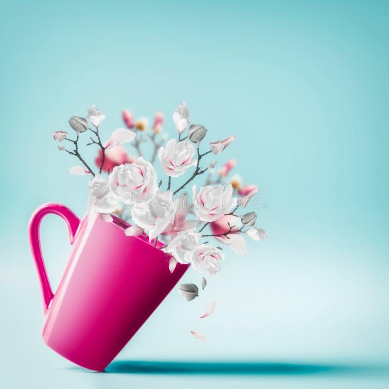 有可爱的春天开花束的杯木兰和落的瓣在浅兰的背景,关闭 花的布置 库存图片