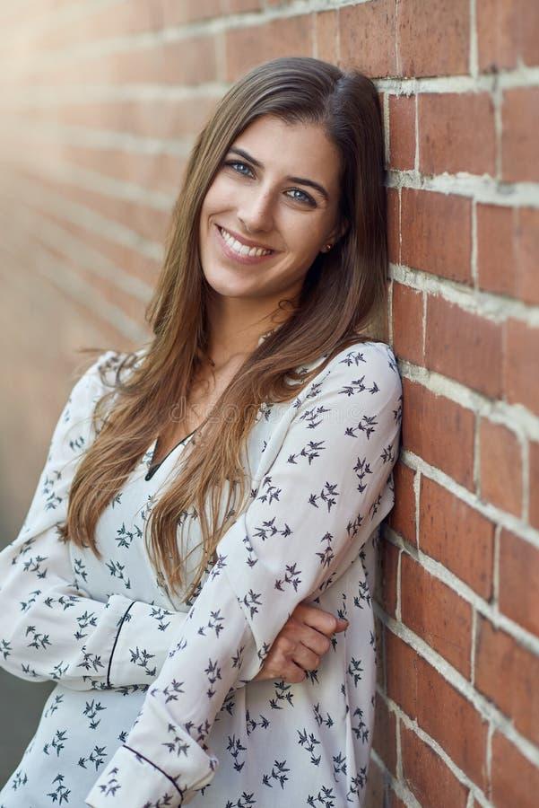 有可爱的自然微笑的可爱的年轻女人 免版税库存照片
