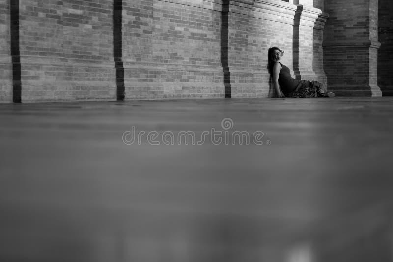 有坐在角落的佛拉明柯舞曲礼服的妇女 库存照片