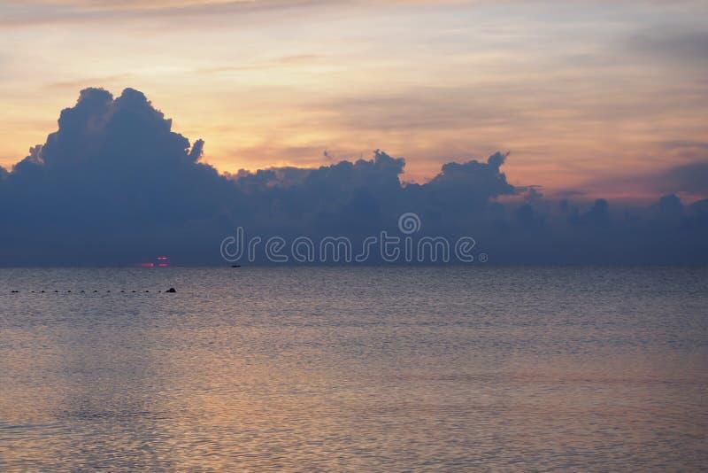 有太阳的颜色的风平浪静早晨,日出 图库摄影