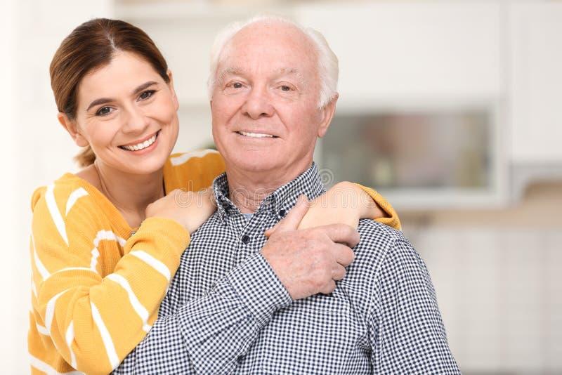 有女性照料者的年长人 免版税库存图片