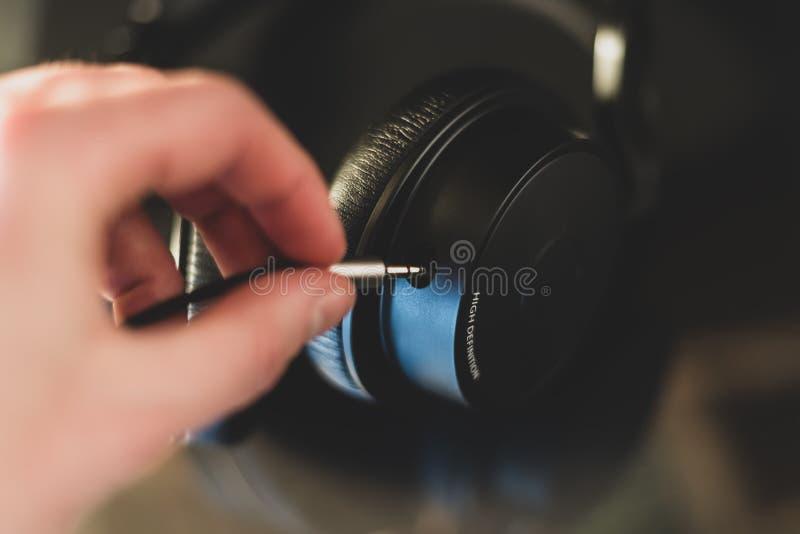 有好的反射的高定义耳机在焦点 库存例证