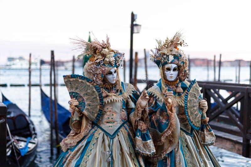 有威尼斯式狂欢节面具的不明身份的人在威尼斯,2月的意大利 库存图片
