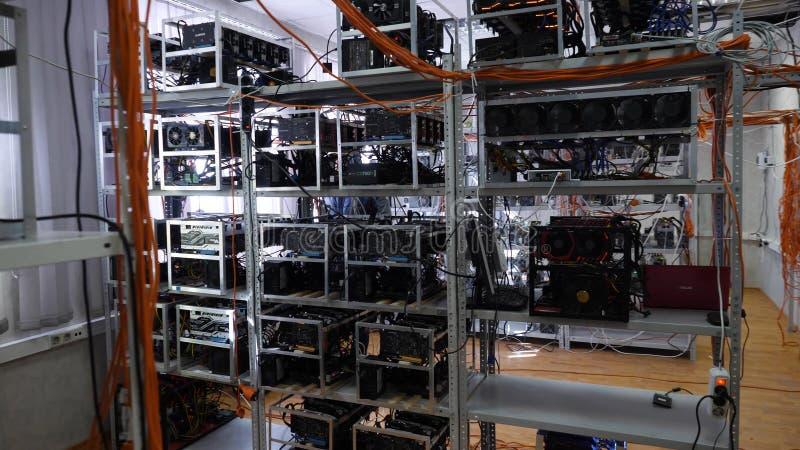 有导线的开采的农场 垂悬在机架的色的导线特写镜头用cryptocurrency开采的农场的设备 库存图片
