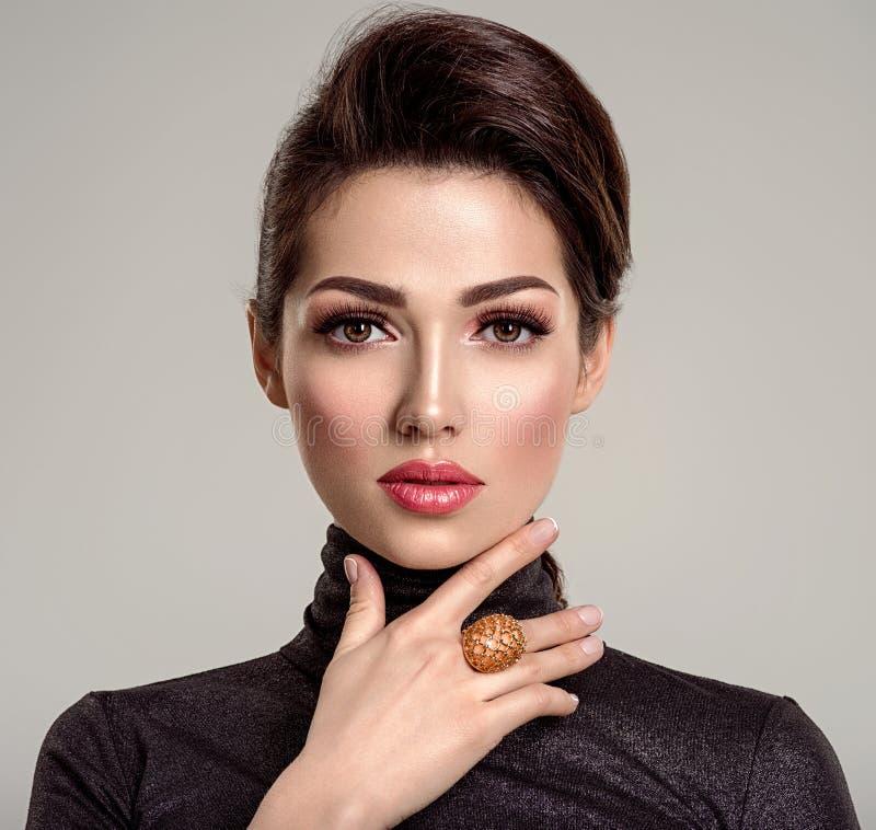有居住的珊瑚唇膏的美丽的年轻时尚妇女 可爱的白女孩佩带豪华首饰 免版税库存图片