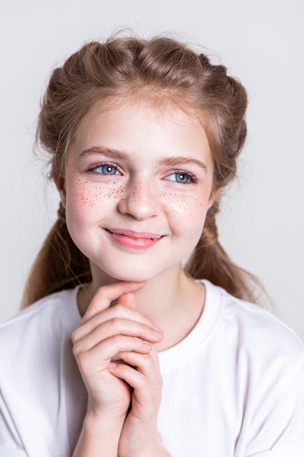 有异常的雀斑的快乐的少女在她的面颊 库存图片