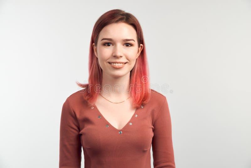 有引人注目的外观的,宽微笑快乐的少女,穿戴在礼服 库存照片