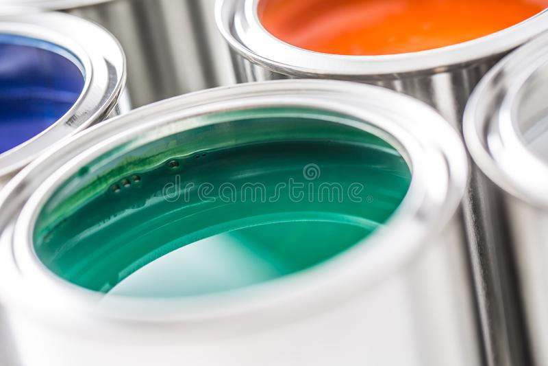 有很多在白色桌上的多彩多姿的油漆罐头 库存图片