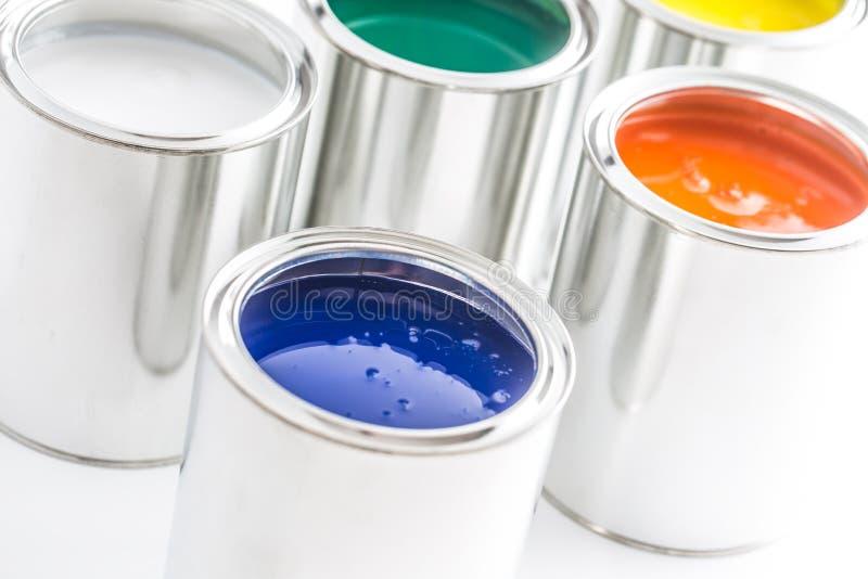 有很多在白色桌上的多彩多姿的油漆罐头 免版税库存图片