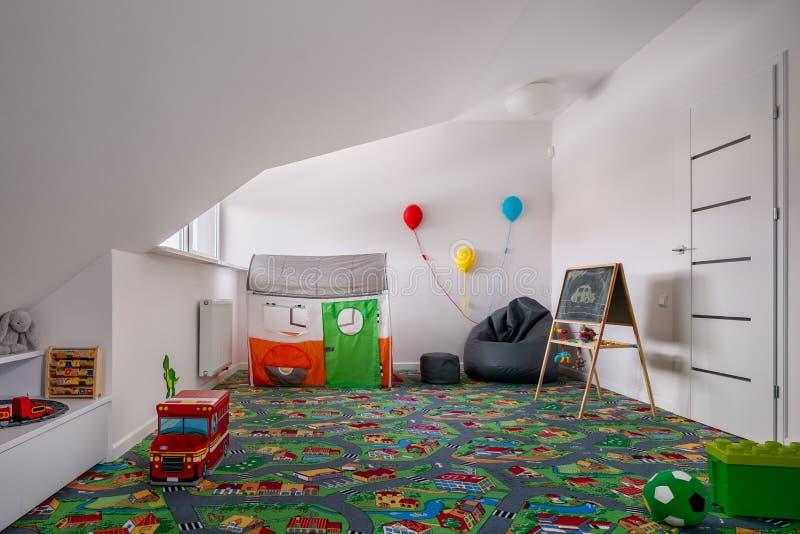 有地毯游伴的儿童居室 库存照片