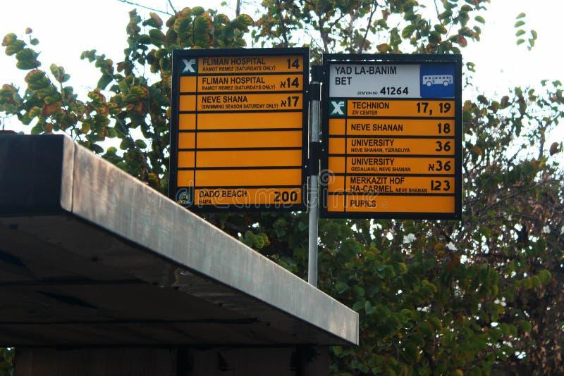有地方公交车站和城市公共汽车路线的名字的标志板材在海法,以色列 免版税库存照片