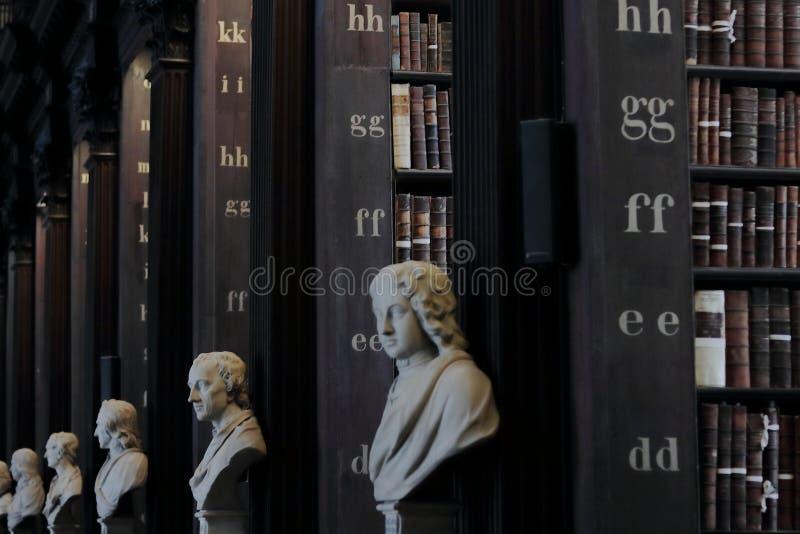 有历史的书和雕塑的老图书馆 免版税库存图片