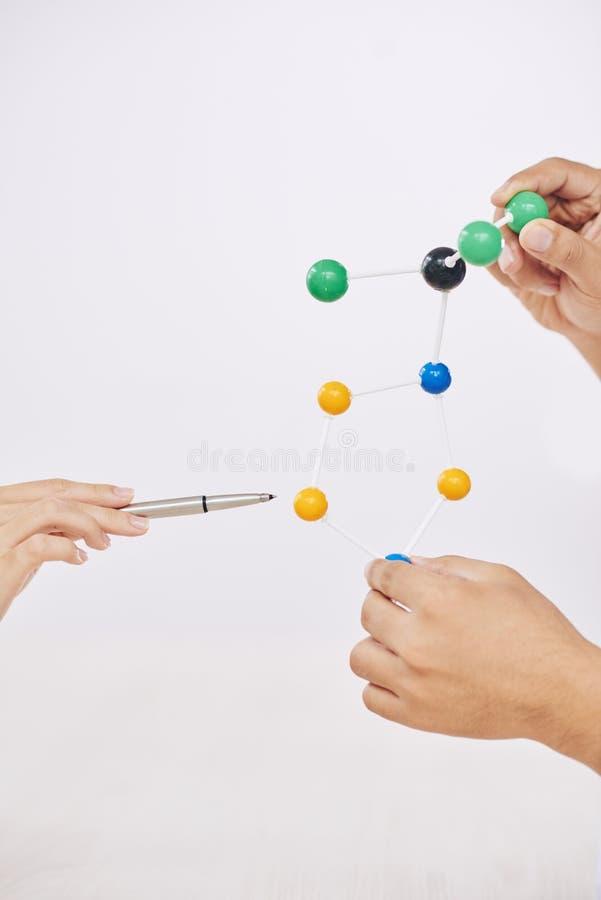 有分子模型和笔的庄稼科学家 免版税图库摄影