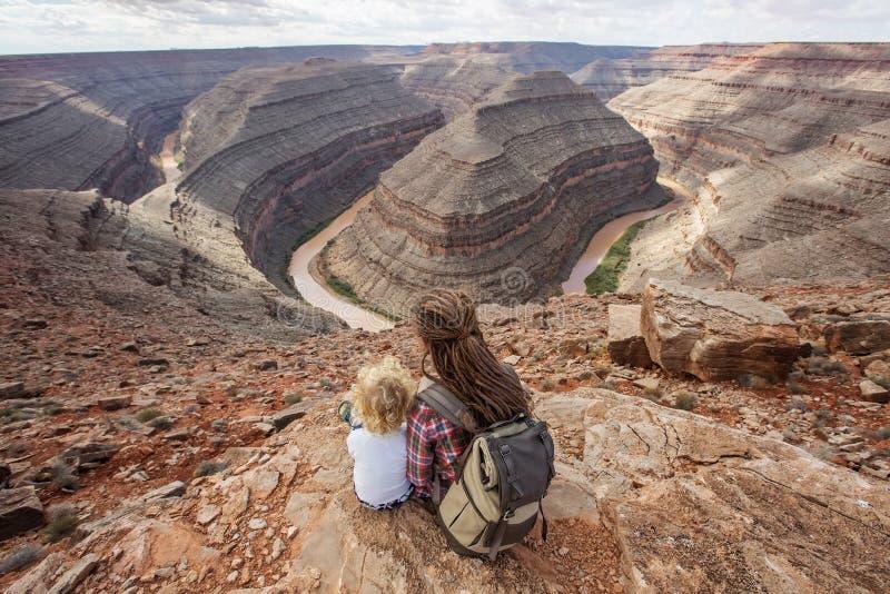 有儿子的母亲在鹅颈管国家公园,美国放松 免版税库存图片