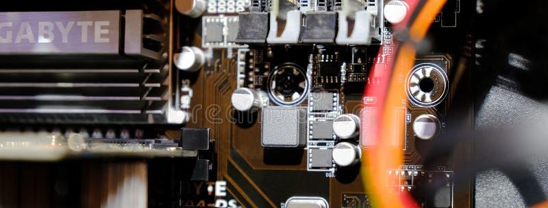 有冷却系统的,CPU,显示卡,主板爱好者白色背景的比赛控制台室外计算机 库存图片