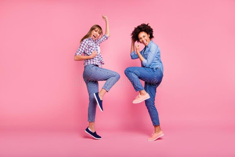 有全长身体尺寸观点的二人好疯狂的可爱的迷人的快乐的爽快的女孩乐趣党clubber 图库摄影