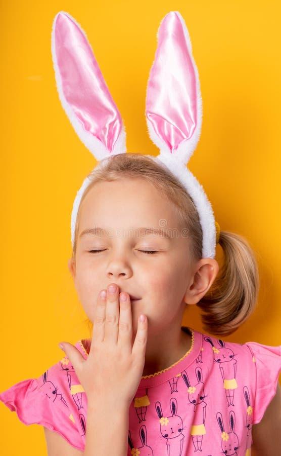 有兔宝宝耳朵的逗人喜爱的女孩 库存图片