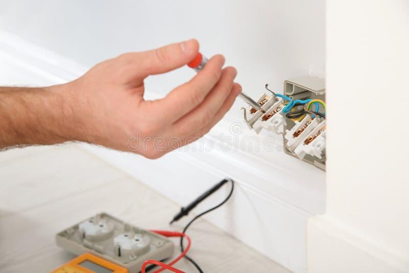 有检查电压的氖灯测试者的电工户内 免版税库存照片