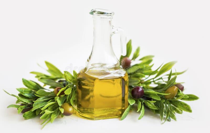 有橄榄树枝的有机橄榄油瓶隔绝了,新鲜的健康地中海成份 免版税库存照片