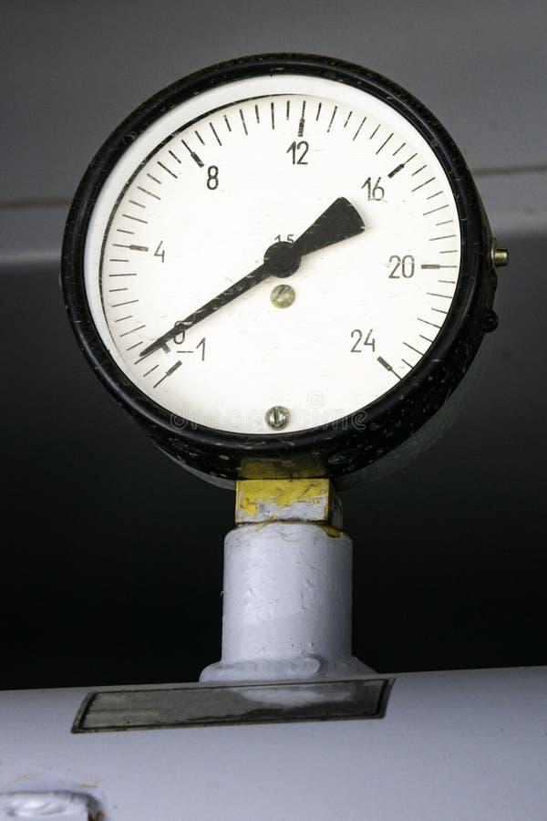 有毕业的特写镜头测压器在消防车泵浦  免版税库存图片