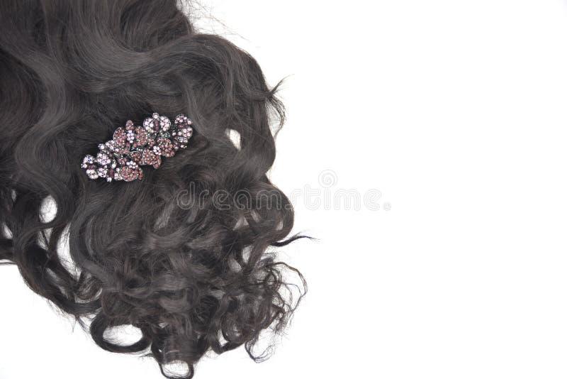 有水晶头发幻灯片的黑褐色卷发在白色背景 免版税库存图片