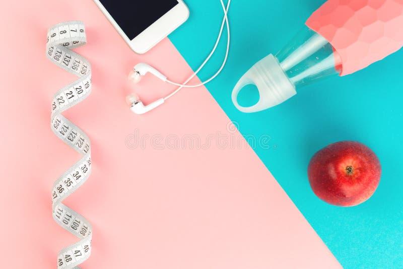 有水瓶的措施磁带和苹果和电话 免版税库存图片