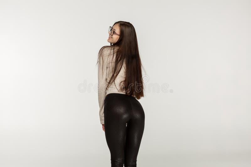 有深色的头发的少女在黑绑腿 免版税图库摄影