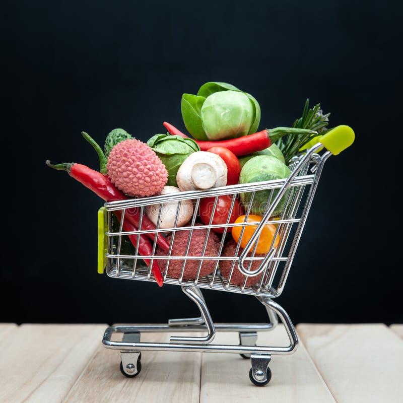 有机生物新鲜水果或菜在购物的cartÂ,健康吃,饮料、饮食和戒毒所 免版税库存照片