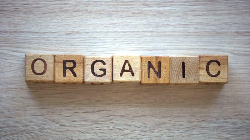 有机词由立方体、水果和蔬菜做成由私有农场,质量 免版税图库摄影