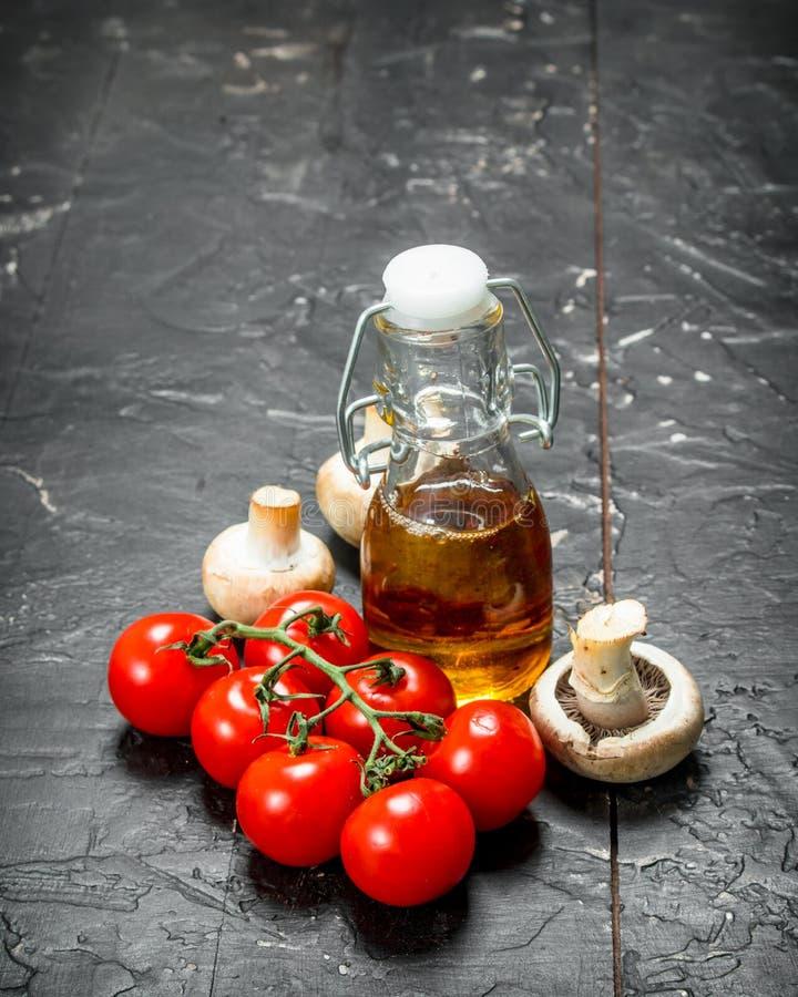 有机食品 成熟蕃茄用蘑菇和橄榄油 库存图片