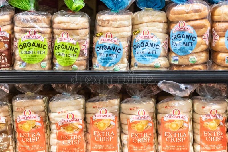 有机Oroweat品牌塑料袋松饼在超级市场架子的待售 图库摄影