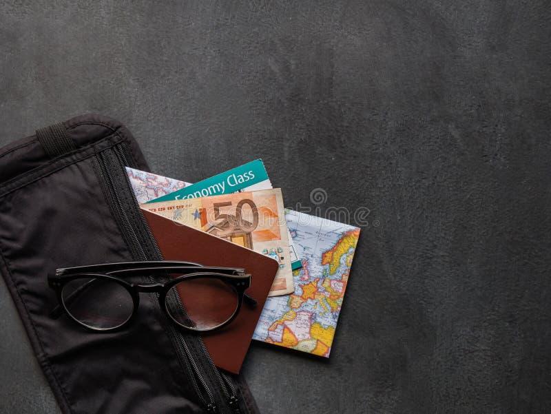 有护照的钱带 免版税库存照片