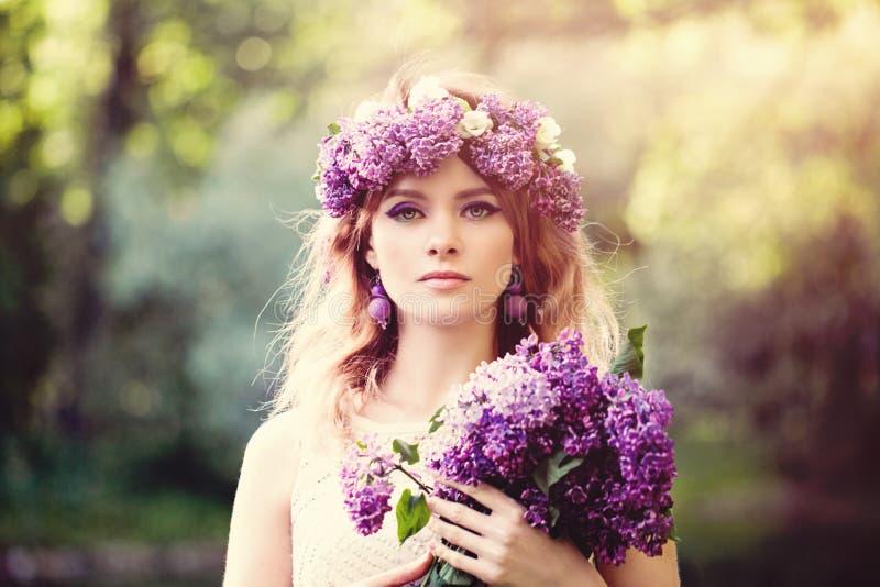 有户外花的浪漫妇女 免版税库存照片