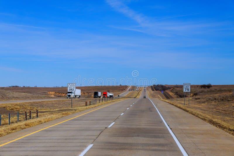 有旅客分切器的一条州际公路在一晚夏天 美国高速公路 库存图片