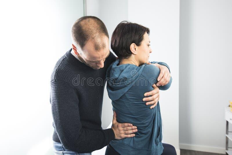 按摩妇女腰神经的生理治疗师 物理疗法和整骨疗法 库存图片